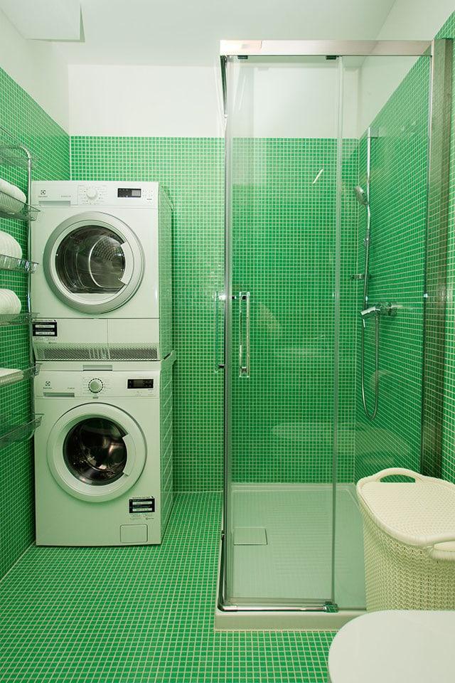 Pralni in sušilni stroj v kopalnici