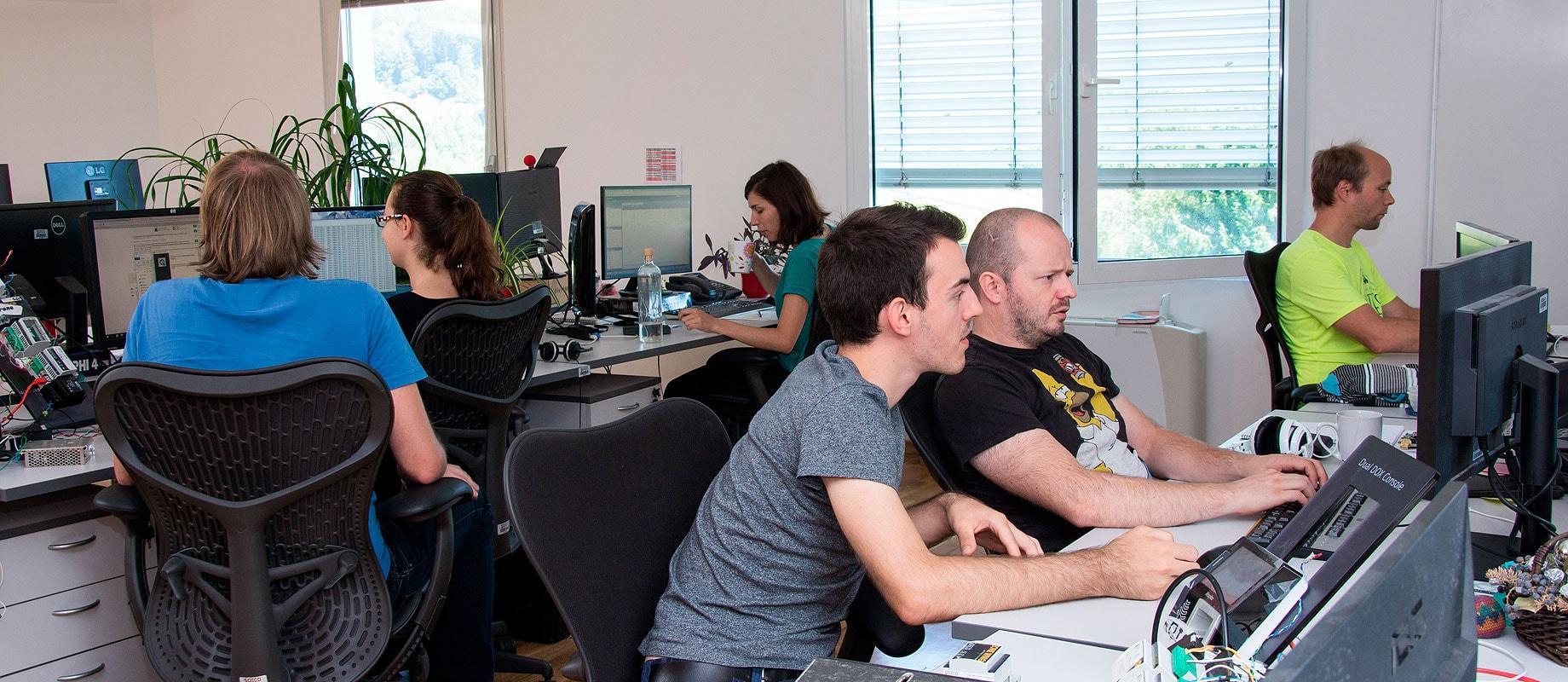 Ekipa programerjev v pisarni
