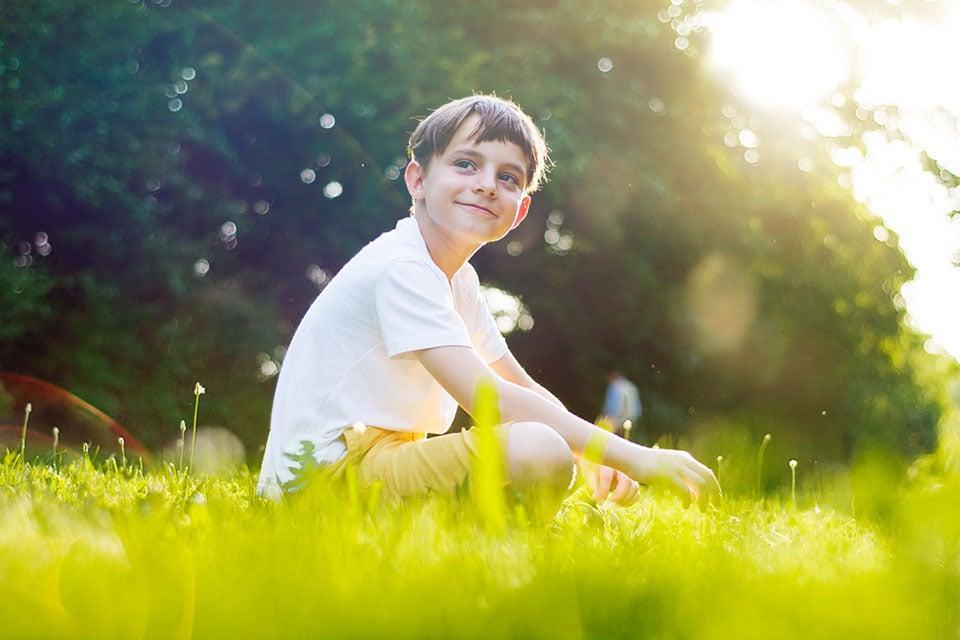 Fotografiranje otroka na terenu v sončen dan